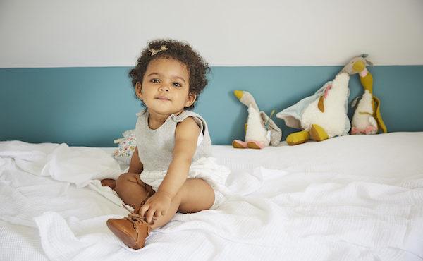 petite fille avec chaussures bébé lacets