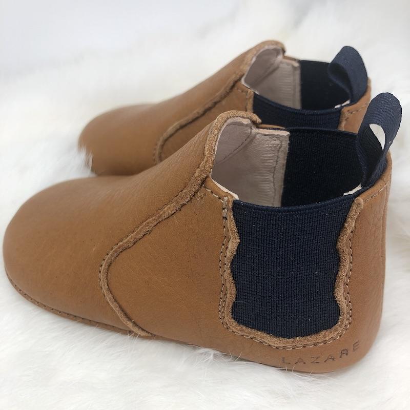 chausson en forme de boots marron et bleu marine