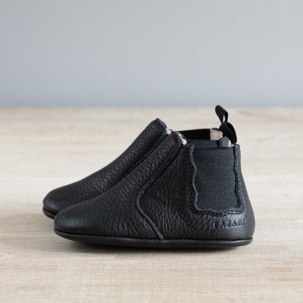 chausson chelsea boots couleur noir de profil