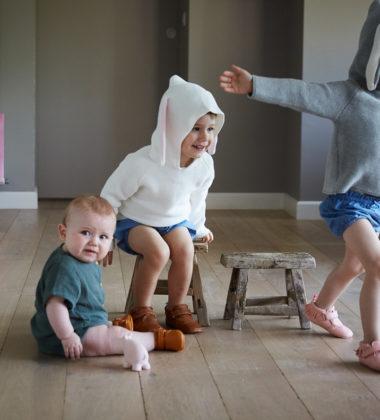 3 enfants qui s'amusent