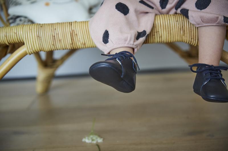 chausson bebe bleu marine à lacets