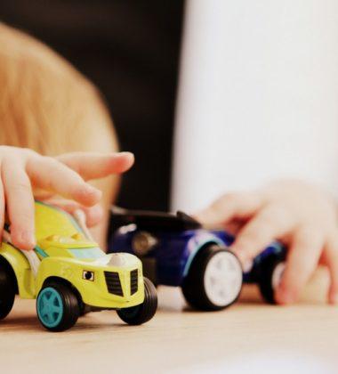 bebe qui joue avec des jouets
