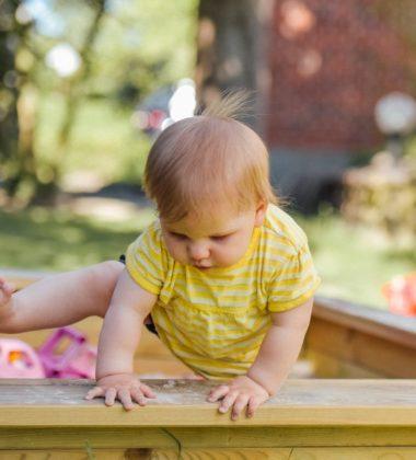 bebe entrain de faire ses premiers pas