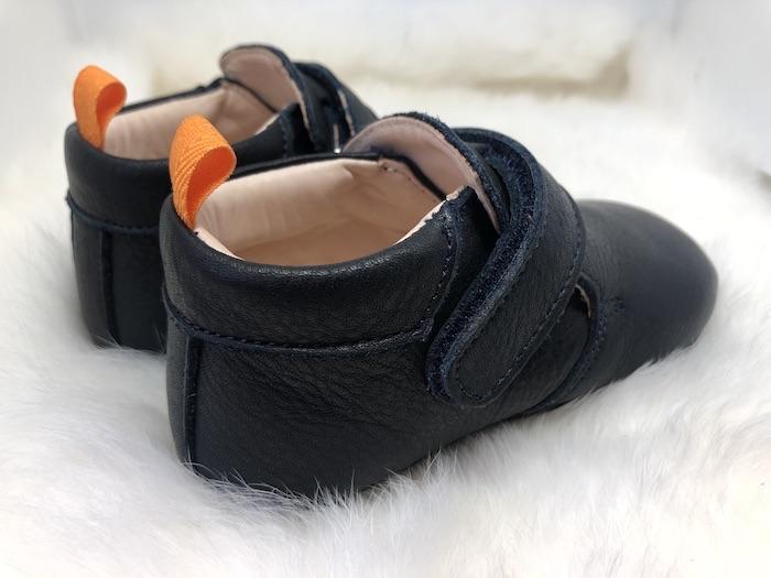 Chaussons bébé Achille bleu marine en cuir souple vu arrière