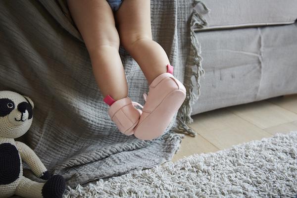 chaussons bébé en cuir souple Colombe rose avec lacets