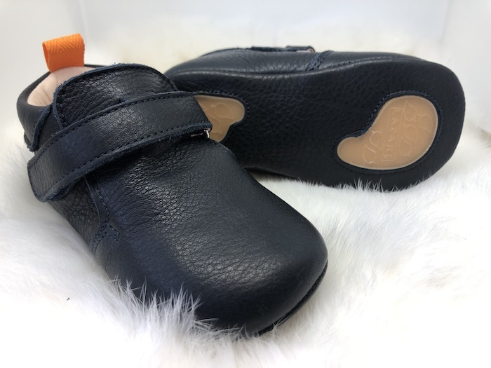 Chaussons bébé Achille bleu marine en cuir souple vu coté