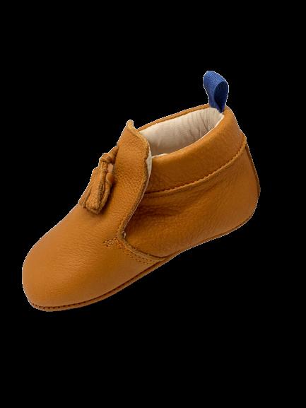 chaussons bébé en cuir souple camel avec pompon sur le dessus et languette bleue
