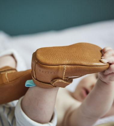 bébé qui se tient le pied
