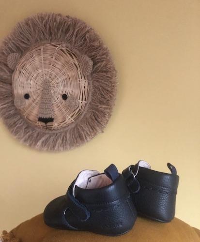 chausson cuir souple bleu marine et décoration tête de lion