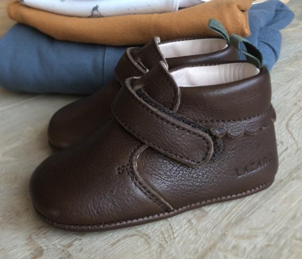 chausson cuir souple marron chocolat avec pile vêtements derrière