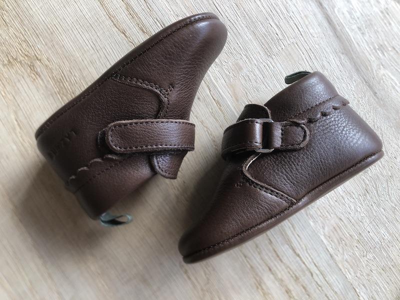 chaussons en cuir souple marron posés face à face