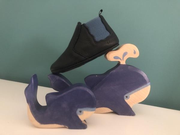 chausson en cuir bleu avec jouets en bois en forme de baleine