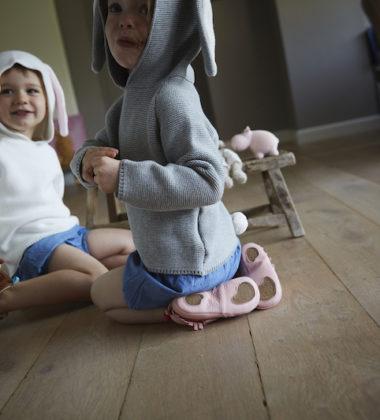 deux petits enfants en train de jouer