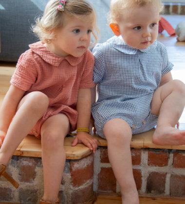 deux enfants assis sur une marche
