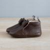 chausson en cuir marron avec noeud coté