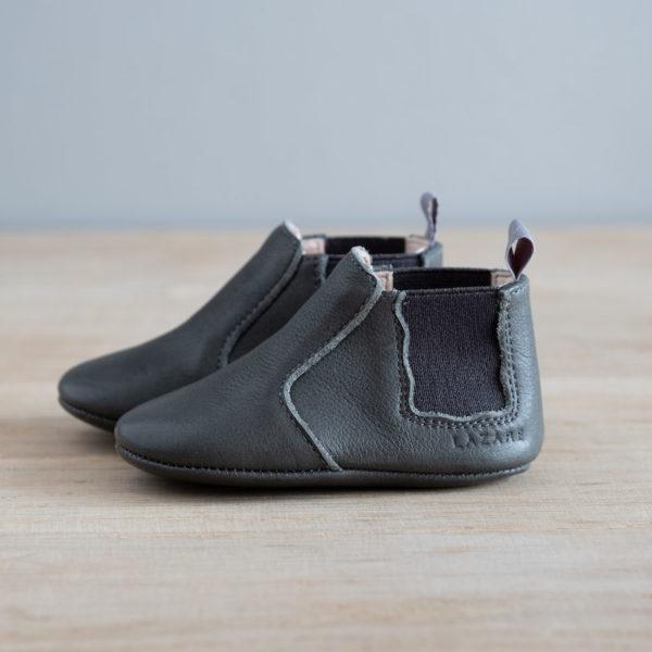 chausson en cuir gris coté