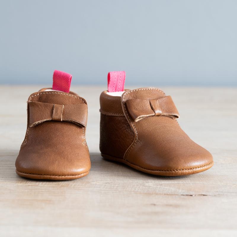 chaussons bébé en cuir souple Arielle marron languette rose