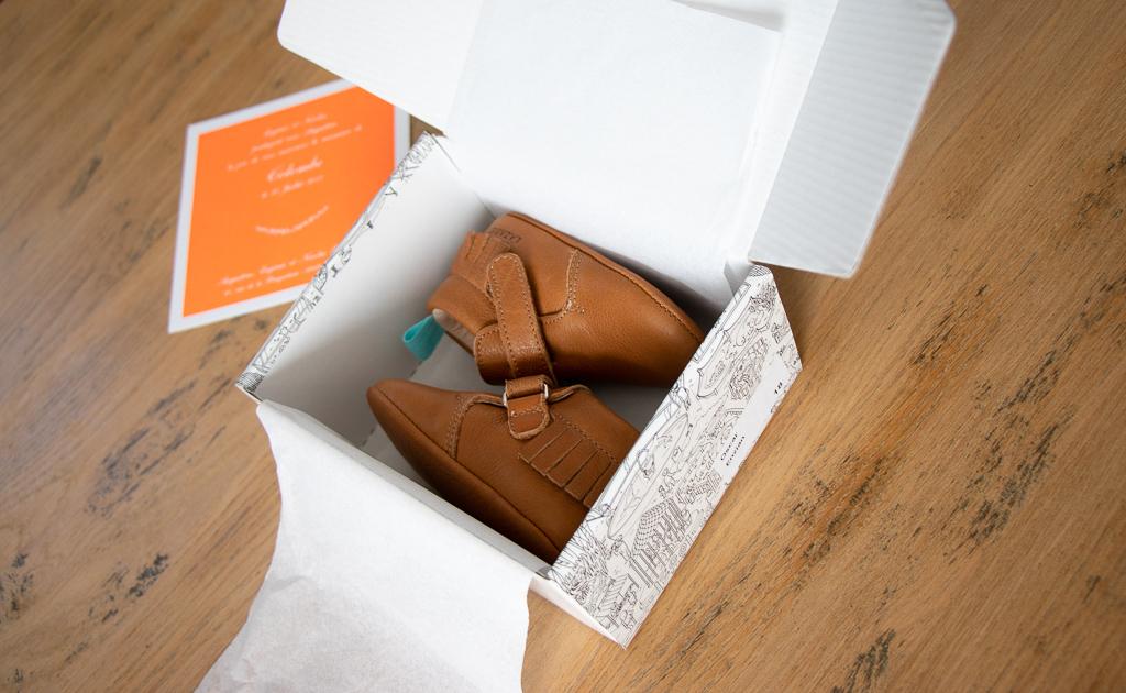 chausson en cuir à franges dans une boite à chaussure avec un faire part