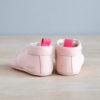 chausson bébé rose arrière sur bois