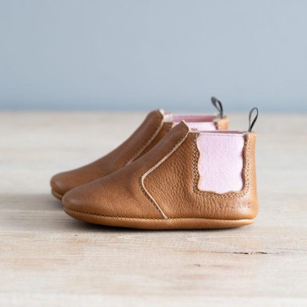 chaussons bébé en cuir souple Oscar marron, élastique rose sur les cotés et languette kaki