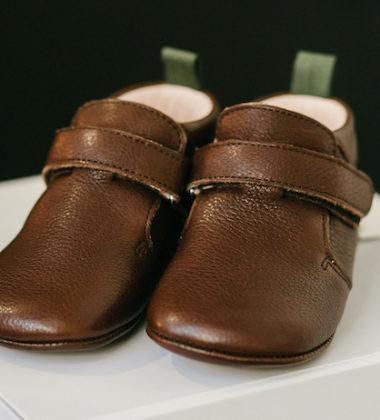 chaussures bébé à scratch marron chocolat posé sur boite blanche