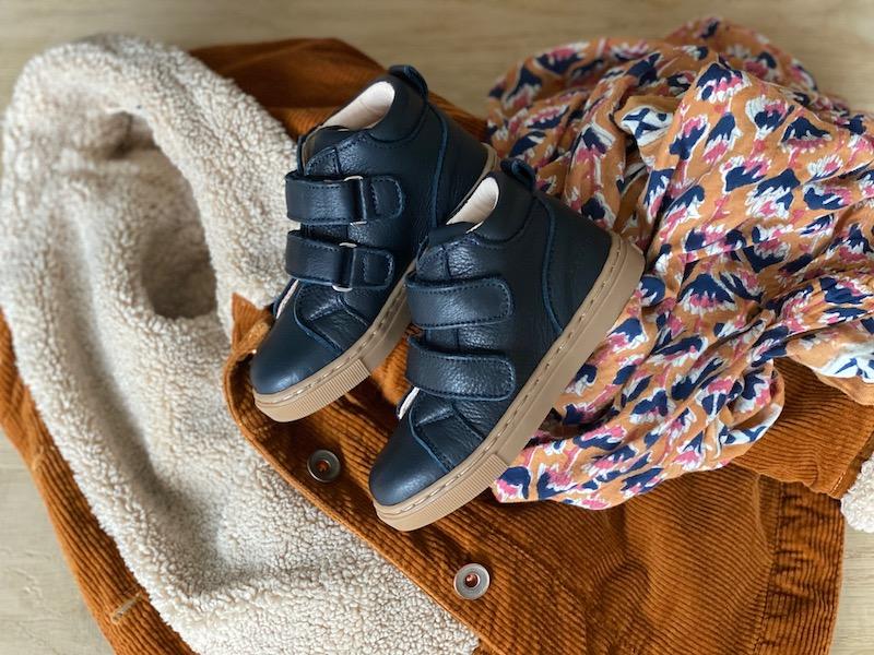 chaussures premiers pas Hector bleu marine en cuir souple à scratchs avec manteau et foulard