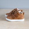chaussures premiers pas souple à scratch de coté sur table bois