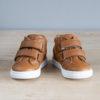 chaussures premiers pas pliées dans les mains
