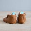 chaussons bébé en cuir souple marron Madeleine avec pompon sur le dessus vu arrière