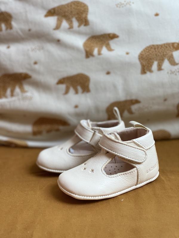 chaussons bébé César en cuir souple blanc avec étoiles sur le dessus