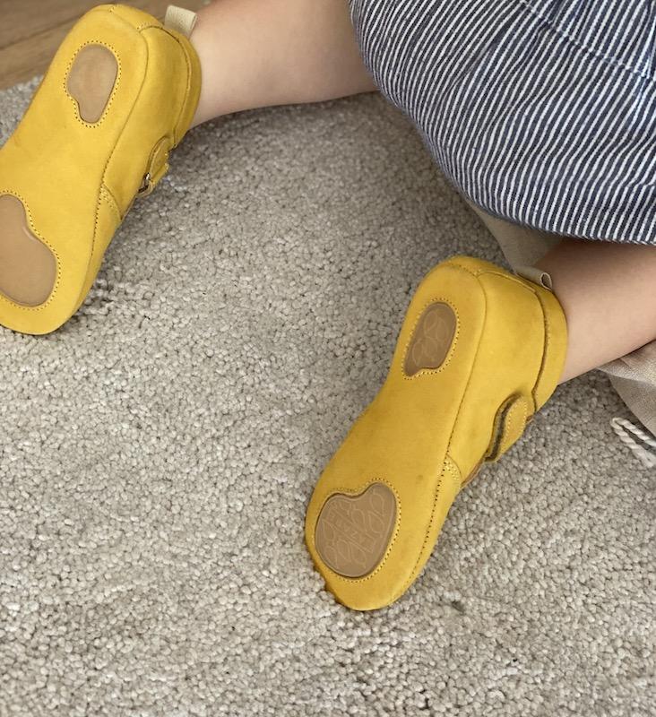 Semelles souples avec partie antidérapantes en caoutchouc des chaussons bébé Achille en cuir nubuck souple jaune