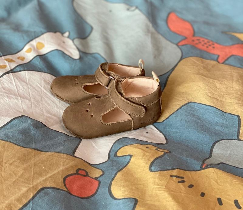 chaussons bébé césar sur drap