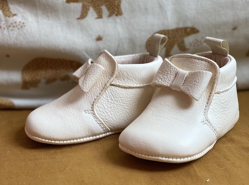 chaussons bébé Arielle en cuir souple blanc avec neuf sur le dessus