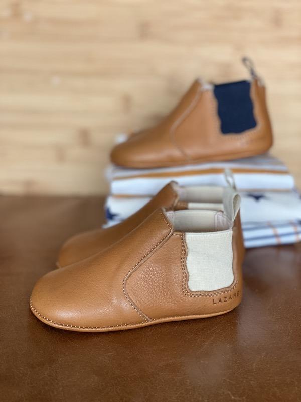 chaussons bébé Oscar en cuir marron avec élastiques crème et bleu marine