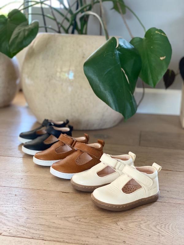 gamme de chaussures premiers pas Hippolyte en cuir souple blanc, marron et bleu marine