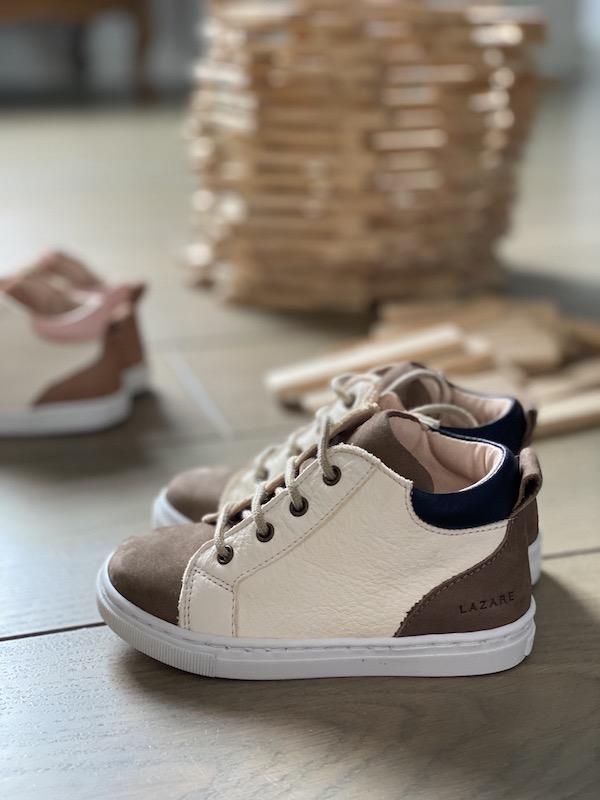 chaussures premiers pas Alegria blanc cassé- bleu marine avec lacets posés au sol avec kappa en fond