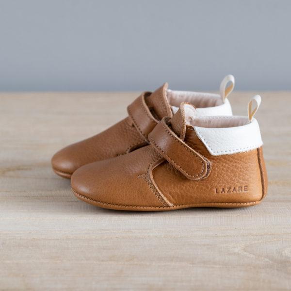 Chaussons bébé Achille marron col blanc en cuir souple vu de coté