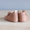 Chaussons bébé Arielle rose nubuck en cuir souple vu arrière