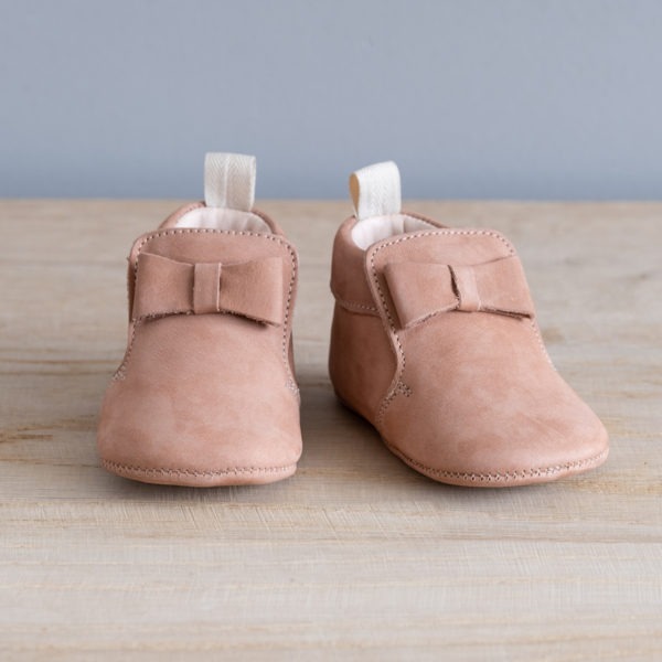 Chaussons bébé Arielle rose nubuck en cuir souple vu face