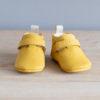 Chaussons bébé Achille jaune nubuck en cuir souple vu face