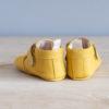Chaussons bébé Achille jaune nubuck en cuir souple vu arrière