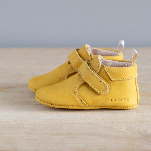 Chaussons bébé Achille jaune nubuck en cuir souple vu de coté