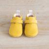 chaussons bébé Achille jaune nubuck en cuir souple vu de face