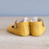 Chaussons bébé César jaune nubuck en cuir souple vu arrière