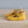 Chaussons bébé César jaune nubuck en cuir souple vu de coté