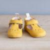 Chaussons bébé César jaune nubuck en cuir souple vu face