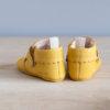 Chaussons bébé Suzanne jaune nubuck en cuir souple vu arrière