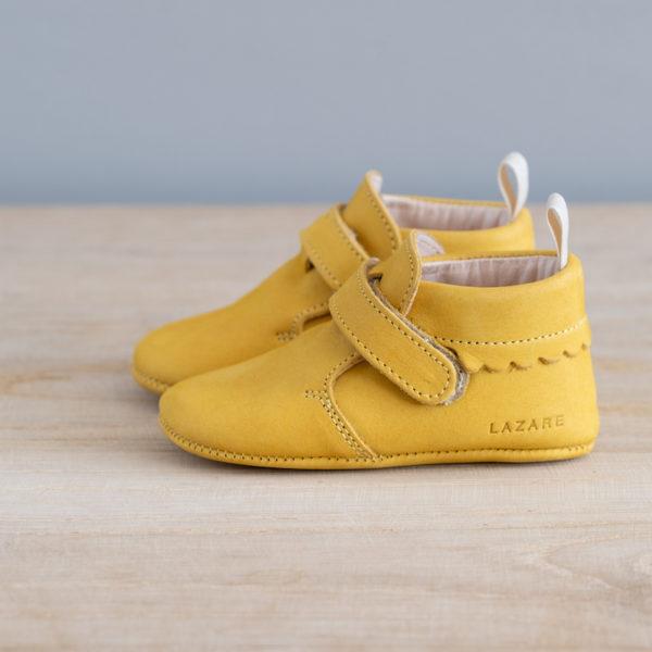 Chaussons bébé Suzanne jaune nubuck en cuir souple vu de coté
