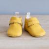Chaussons bébé Suzanne jaune nubuck en cuir souple vu face