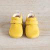 chaussons bébé Suzanne jaune nubuck en cuir souple vu de face